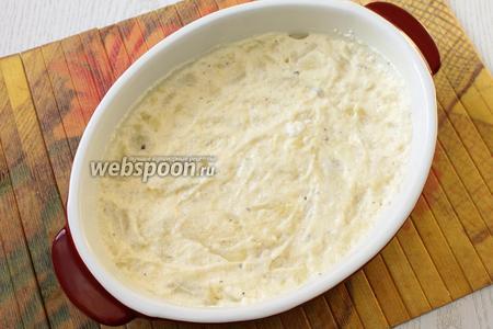 Форму для запекания смазываем сливочным маслом. Выкладываем 1/2 часть картофельной массы, разравниваем.