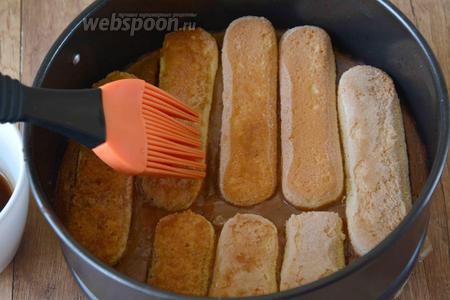 Когда основа для чизкейка будет готова, её необходимо остудить, но не доставать из формы. Пропиткой, с помощью силиконовой кисточки, смазать каждое печенье.