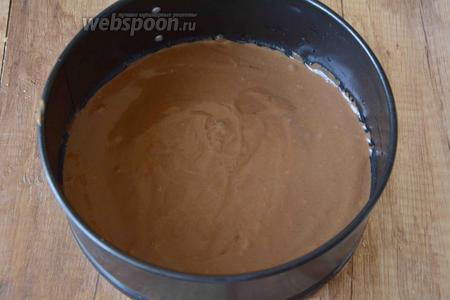 Дно формы для выпечки застелить пекарской бумагой. Выложить в форму тесто.