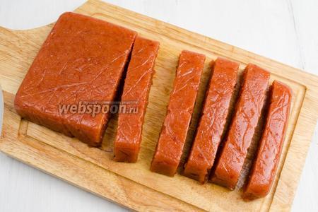 Застывшую пастилу нарезать на бруски. Подавать с тостами и сыром на десерт или к чаю. Остатки завернуть в пищевую плёнку и хранить в холодильнике.