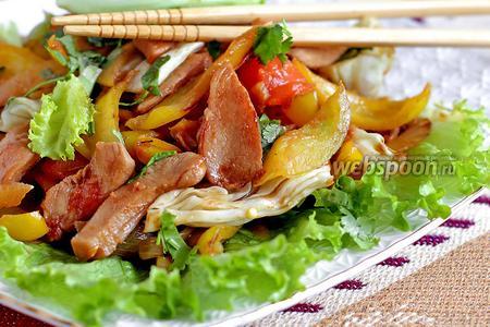 Тёплый салат из куриного филе по-тайски
