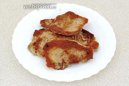 Обжарить куски мяса до подрумянивания, в конце — посолить.