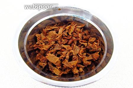 Отварить грибы до мягкости в той же воде, в которой они замачивались, отцедить и мелко порубить. Отвар использовать для приготовления соуса.