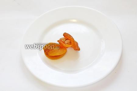 Курагу надрезать и вложить внутрь по 2 орешка.