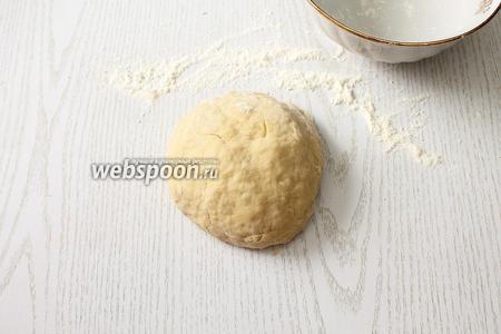Добавляя остальную муку, замешиваем эластичное тесто.