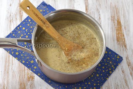Молоко с сахаром довести до кипени. Добавить подготовленные грецкие орехи и проварить 3-4 минуты, помешивая. Охладить полностью.