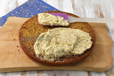 Бисквит разрезать на 3 пласта. Каждый пласт смазать кремом.