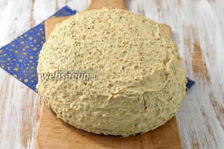 Бока торта тоже оформить кремом. Отправить торт в холодильник минимум на 1 час. Медовик ореховый готов.
