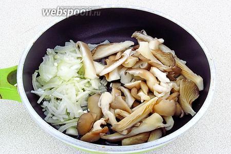 Лук и грибы выложить на сковороду с разогретым маслом.