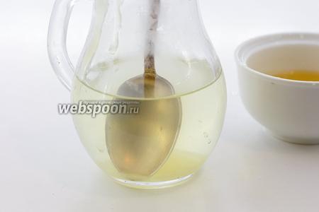 Налейте тёплую кипячёную воду в подходящую посуду. Добавьте мёд. Перемешайте до растворения. Мёда возьмите по своему вкусу.