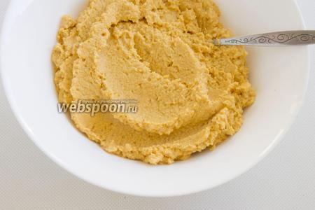 Переложите почти готовый хумус в миску.