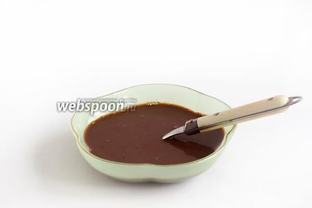 Приготовим пропитку. Для этого кофе залить кипятком, немного остудить и влить ликёр.