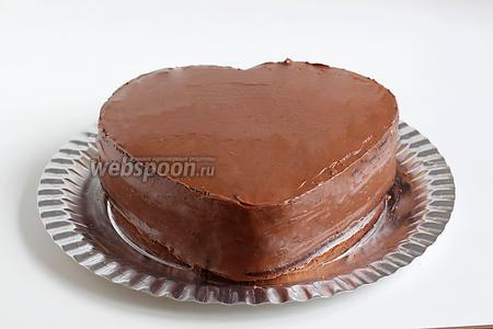 Разровнять крем по поверхности торта. На этом этапе можно было бы и закончить, но мне охота была испробовать свои новые насадки для крема, вот я и наляпала дальше...:))