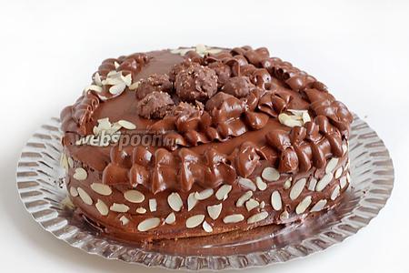Это мне не свойственно, но вышло, что вышло!:)))) Тут ещё конфеты и миндальные лепестки. Дать торту немного застыть в холодильнике для более лёгкой нарезки.
