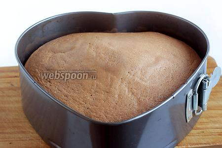 Готовый бисквит остудить в форме, затем вырезать и дать отлежаться для созревания, хотя бы 1 ночь. Бисквит при этом следует накрыть целофаном.
