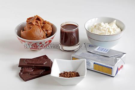 Для крема и пропитки возьмём варёное сгущённое молоко,  сливки или молоко, чёрный шоколад (именно чёрный, потому что с молоком возможно топить только шоколад с высоким содержанием какао или уж брать сливки 33%),  сливочное масло, шоколадный ликёр, кофе.