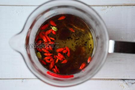 Закрыть крышкой и заваривать чай 10-15 минут.
