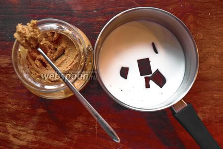 В небольшом ковшике соединить молоко, шоколад и пасту.