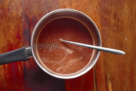 Нагревать на среднем огне, пока шоколад не растопится и напиток не станет однородным. Помешать ложкой.