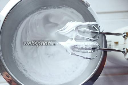 Снять с бани и продолжать взбивание на высокой скорости до состояния устойчивой меренги. На этом швейцарская меренга готова к употреблению. Можно отсадить «шапочки» на капкейк или использовать как крем для торта!