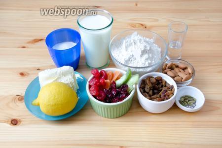 Подготавливаем сухофрукты. Можно использовать любые, какие вам по душе. Я обычно покупаю изюм, вяленую клюкву и вишню, а также цукаты помело и манго. Кроме того, нам будет нужен миндаль, мука, сливочное масло (никакого маргарина!), цедра лимона, кардамон, ром, молоко, сахар, дрожжи и соль. А также сахарная пудра для обсыпки.
