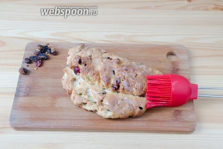 С готовых штолленов снимаем пригоревшие на поверхности сухофрукты, чтобы они не давали вкус горечи и сразу смазываем хорошенько растопленным сливочным маслом.