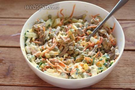 Заправьте салат майонезом или сметаной. Соль и перец я уже не стала добавлять, ибо в корейской морковке и так много специй. Мне показалось достаточно. Вы по желанию можете добавить столько, чтоб вам было вкусно. Вот наш салат и готов.