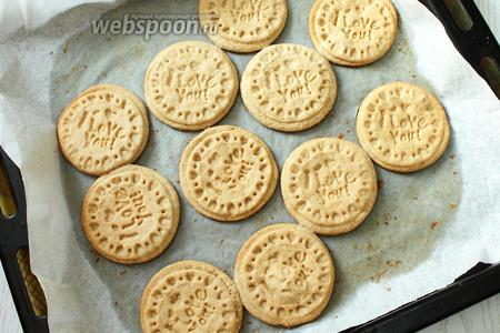 Выпекаем печенье при 180°С в течение 8-10 минут.