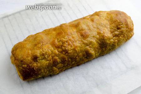 Готовый штрудель вынуть из духовки. Аккуратно перенести его на решётку. Остудить. Подавать к обеду или на перекус. Для поливки к этому штруделю рекомендую подать сметанный соус или жирные сливки.
