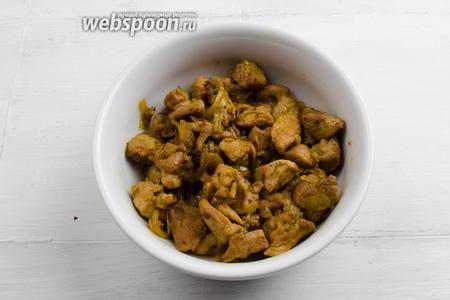 Мясо курицы вымыть, обсушить. Нарезать малыми кусочками. Обжарить с луком до готовности. Посолить.