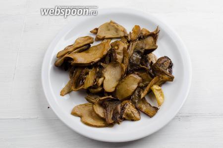 Подготовленные грибы обжарить на топлёном масле.