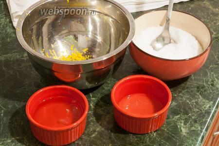 Выдавим из лимона 2 ложки лимонного сока. Этот сок, фруктоза, цедра и белки предназначены для взбивания.