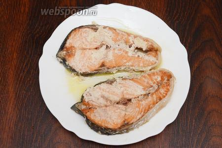 После выкладываем рыбу на тарелку и подаём на стол с различными гарнирами. Приятного аппетита!
