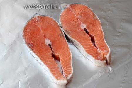 Подготавливаем сначала рыбу, промываем, а затем выкладываем на фольгу для запекания.