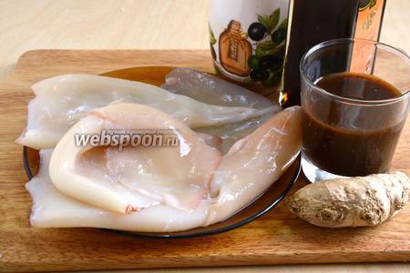Подготовьте необходимые ингредиенты для приготовления блюда: очищенные и вымытые  кальмары, рафинированное масло для жарки, имбирь, вок-соус (у меня с лемонграссом) и тёмное кунжутное масло.