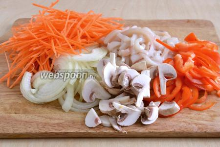 Морковь натрите на специальной тёрке (подойдёт для корейской моркови), лук нарежьте тонкими полукольцами, кальмары и перец — полосками, грибы — небольшими ломтиками.