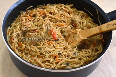 Когда лапша приготовится, перемешайте её с соусом из кальмаров, приправьте тёмным кунжутным маслом и сразу же подавайте к столу. При желании можно посыпать блюдо зелёным луком, кинзой, сушёными водорослями или кунжутом.