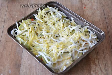 На крупной тёрке натираем плавленый и твёрдый сыр. Посыпаем овощи.