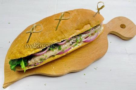 Готовый хот-дог скрепить шпажками (позже их можно вынуть). Подавать хот-дог на перекус или к обеду.