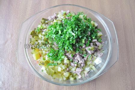 Зелёный лук помыть и мелко нарезать. Добавить к остальным ингредиентам салата.