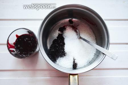 Полученный сок убрать в холодильник. А жмых засыпать сахаром и залить 1 литром чистой воды. Накрыть крышкой и на среднем огне довести до кипения. Огонь убавить и варить 10 минут.