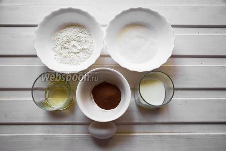 Готовим бисквит. Ингредиенты: 4 яйца (разделить на белки и желтки), сахар, мука, какао порошок, подсолнечное масло, молоко.