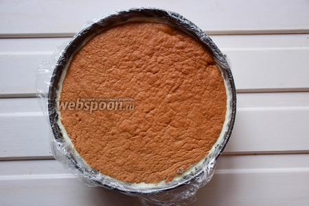 Накрыть вторым шоколадным бисквитом. Убрать торт в морозилку на несколько часов.