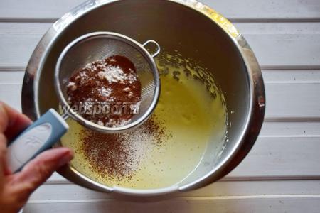Затем добавляем просеянные муку с какао и очень деликатно перемешиваем.