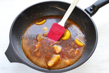 Выливаем в сковороду, и соус начинает загустевать.