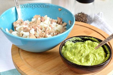 Теперь в салат из белков и печени добавить получившуюся зелёную заправку и всё перемешать.