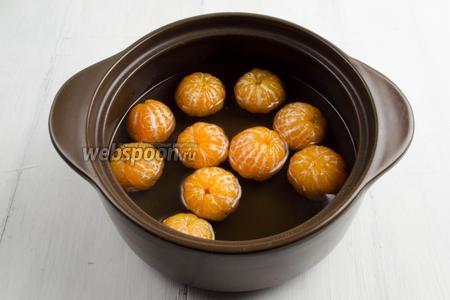 В готовый сироп опустить подготовленные мандарины. Варить после закипания 30 минут. Помешивайте, чтобы плоды полностью погружались в сироп.