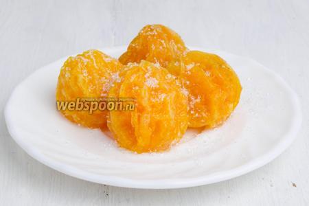 Посыпать подсушенные мандаринки сахаром и сложить в коробку. Готовыми мандаринами можно украсить торт, пирог, десерт.
