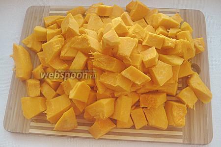 Нарезаем тыкву кубиками, размером приблизительно по 1,5-2 сантиметра.