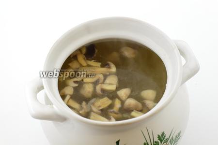 В кипящую воду добавьте шампиньоны. Перемешайте и доведите до кипения. Приправьте по вкусу солью и молотым чёрным перцем. Прокипятите 5-10 минут.